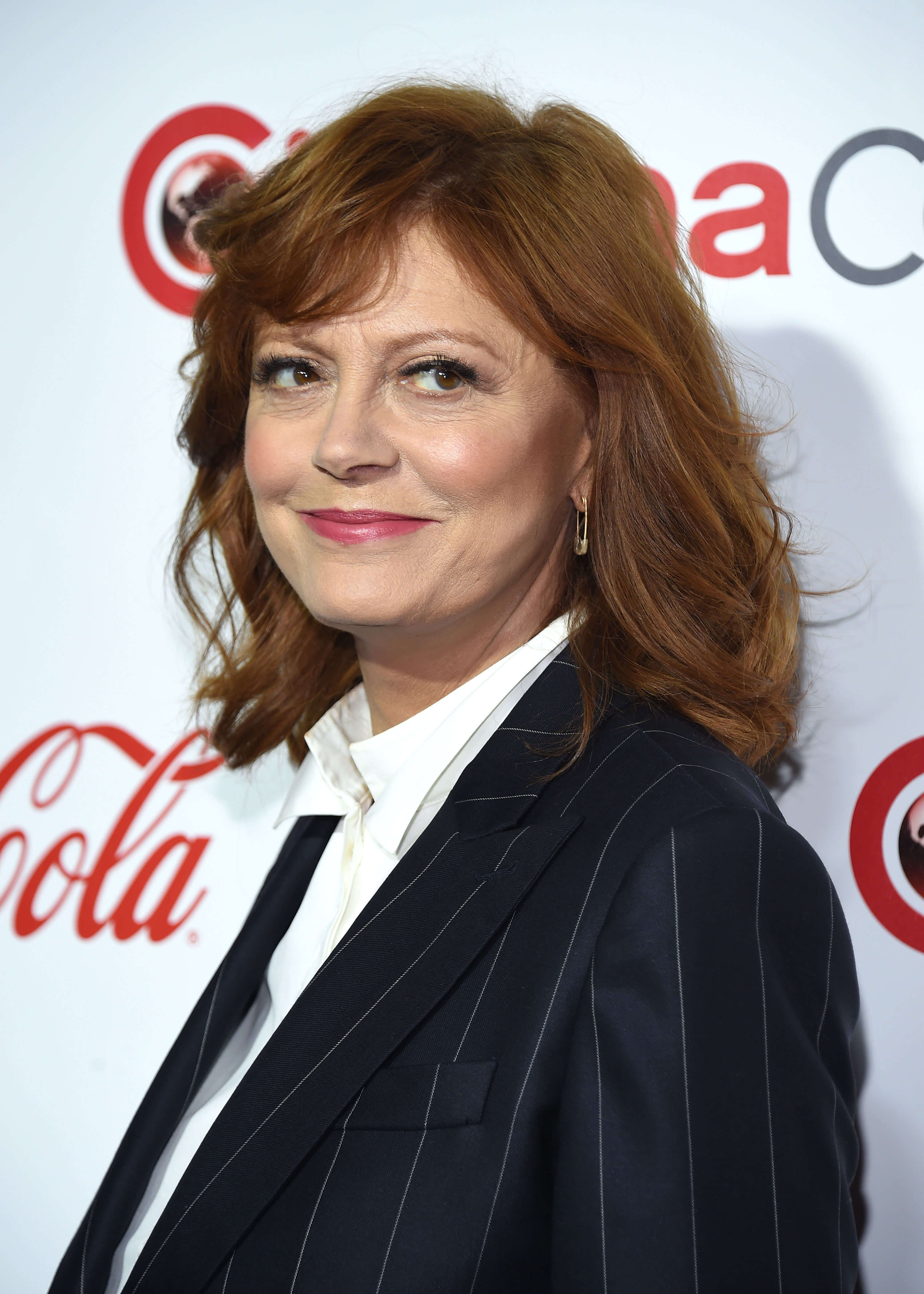 Susan Sarandon, Susan Sarandon wearing a tie, Susan Sarandon at an award show, Susan Sarandon wearing a suit